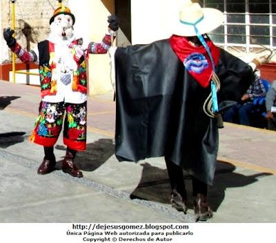 Foto del argentino o arriero de espaldas acompañado del Chuto (otro personaje de la Tunantada). Foto de un argentino tomada por Jesus Gómez