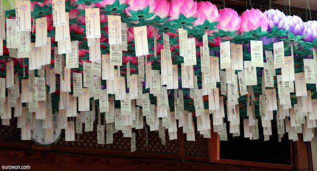 Farolillos y tarjetas en el templo Gilsangsa