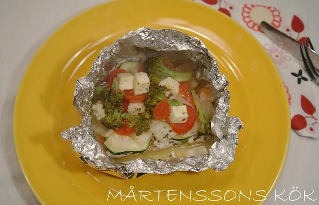 fiskpaket med grönsaker och zucchini