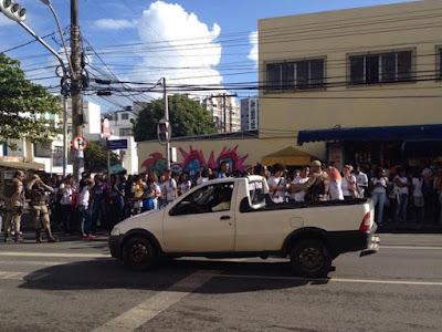 Estudantes protestam nas ruas do bairro por falta de aula devido a greve dos terceirizados e melhorias na rede de ensino