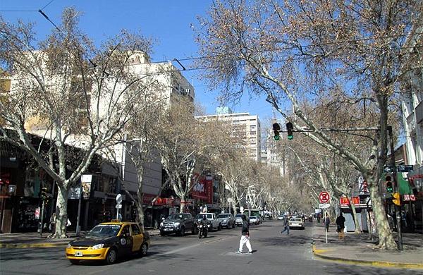 Ruas e comércio em Mendoza, Argentina