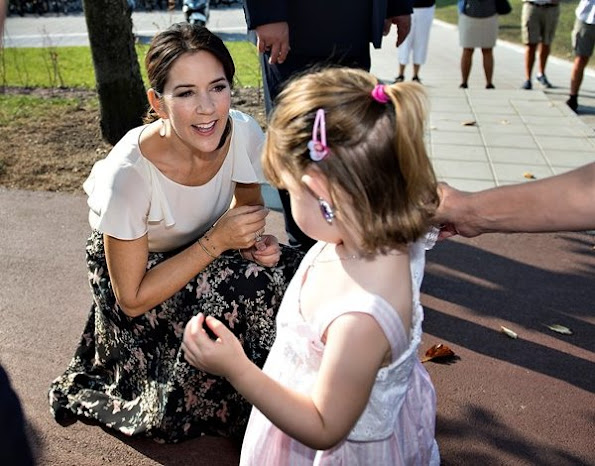 Princess Mary wore Ganni Skirt, Hugo Boss silk blouse, Gianvito Rossi pump, Style of Mary, new dress