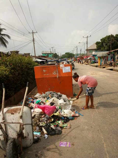 Photos: Lady ordered to clear up dump site after she was caught dumping refuse on the ground beside half-empty bin in Calabar