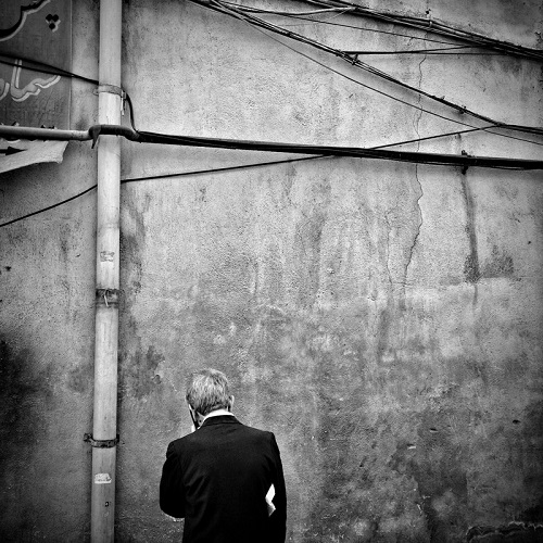 "Foto por Ako Salemi - A man is talking by his phone - serie ""Tehran City of Hope and Despair"" 
