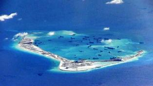 Según un mapa que el Gobierno de Filipinas envió junto con las fotos, los barcos, algunos de ellos de los Guardacostas de China, se sitúan en los alrededores del atolón de Scarborough, a unos 200 kilómetros de la costa filipina, y que, según Manila, pertecene a su zona económica exclusiva.