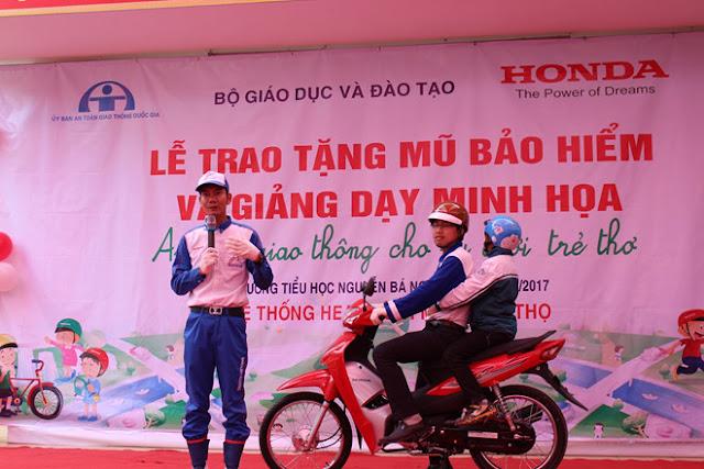 Hướng dẫn viên HVN hướng dẫn lái xe an toàn tại lễ trao tặng với nón bảo hiểm