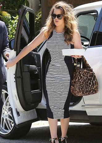 Zayıf gösteren gri-siyah çizgili günlük elbise