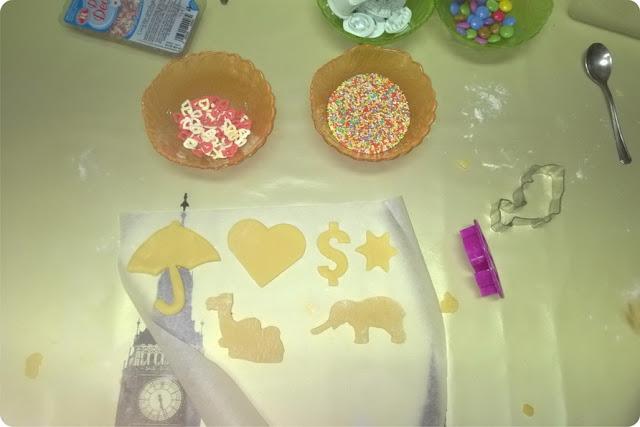 bambini e decorazione biscotti