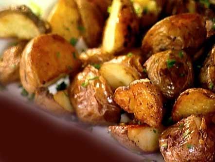 НА 1 ПОРЦИЮ: картофель - 2 шт ( 140 г )  масло оливковое - 2 ст .л перец черный молотый - щепотка