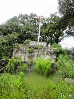 Cruz cercana a una brecha en el Cerro García