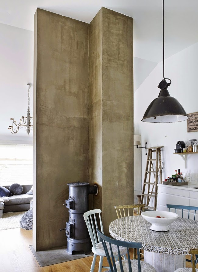 Mieszkanie w skandynawskim stylu z dodatkami vintage, wystrój wnętrz, wnętrza, urządzanie domu, dekoracje wnętrz, aranżacja wnętrz, inspiracje wnętrz,interior design , dom i wnętrze, aranżacja mieszkania, modne wnętrza, białe wnętrza, styl skandynawski, vintage, starocia, wnętrze, piec, koza, kominek, jadalnia, lampa, drabina, styl skandynawski