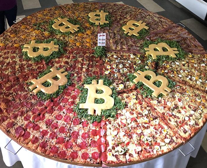 Празднуют День биткоин Пиццы