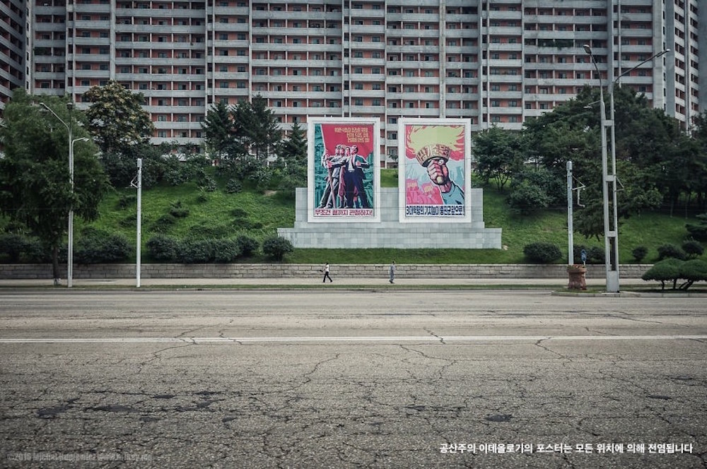 Cartazes da Ideologia Comunista Estão Espalhados Pela Ruas de Pyongyang