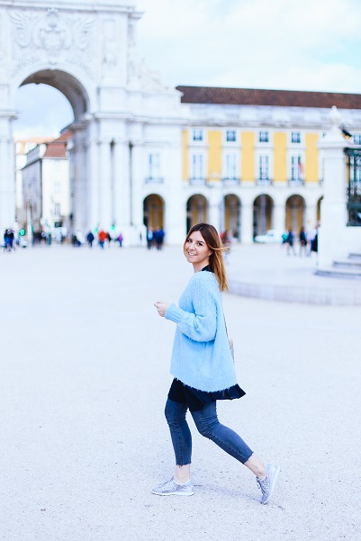 Pastell-Outfit-hellblauer-Pullover-Blusenkleid-ueber-Jeans-graue-Jeans-New-Balance-Sneaker-fashionblog-modeblog-whoismocca-1
