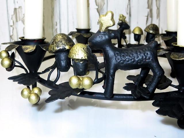 Teilansicht schwarz-goldener Adventskranz aus Eisen