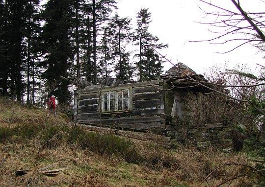 Ruina starej chałupy pod szczytem Łoska