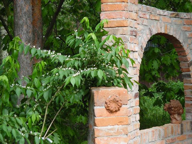 architektura ogrodowa z cegły
