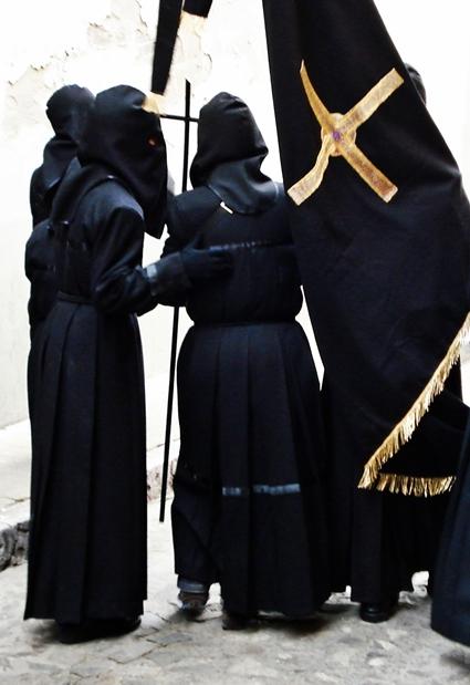 Jóvenes hermanos de la cofradía del Dulce Nombre de Jesús Nazareno. León. Foto G. Márquez.