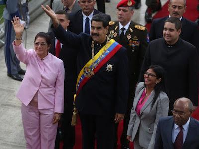 """El presidente de Venezuela, Nicolás Maduro, se puso hoy a disposición de la Asamblea Nacional Constituyente (ANC) electa hace casi dos semanas, un foro que el mismo impulsó y que está conformado solo por chavistas que se ocuparán de refundar el Estado y tendrá facultades casi ilimitadas.  """"Vengo a reconocer sus poderes plenipotenciarios soberanos, originarios, y magnos para regir los destinos de la República, (…) como jefe de Estado me subordino a los poderes constituyentes de esta Asamblea Nacional Constituyente"""", dijo el jefe de Estado en una sesión especial celebrada en el Palacio Federal Legislativo.  Con este paso Maduro formalizó, frente a los más de 500 asambleístas electos, que queda subordinado a las decisiones del cuerpo plenipotenciario, rechazado por la oposición venezolana y no reconocido por buena parte de la comunidad internacional.  """"Esta Asamblea Nacional Constituyente nació de un parto violento. Nació como necesidad histórica de paz; nació con un mandato claro, una doctrina: hacer la paz, a través de la verdad y de la justicia para abrir los caminos de la prosperidad. La esperanza de un país está en su Asamblea Nacional Constituyente, su poder constituyente originario"""", dijo Maduro.  Con información de EFE"""