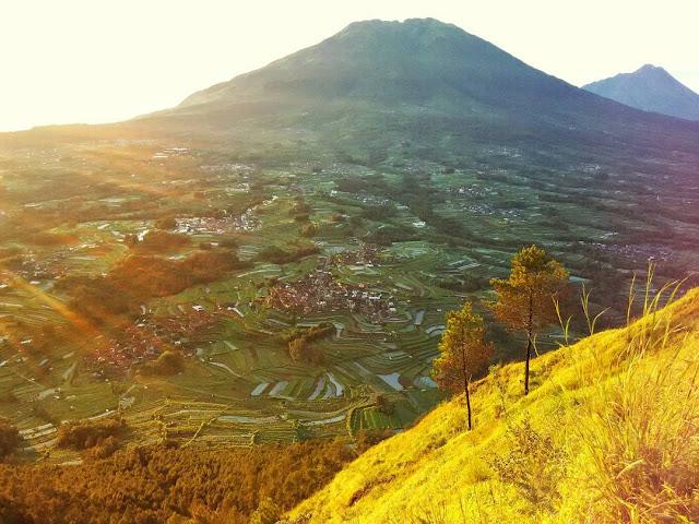 foto sunrise di puncak gunung andong