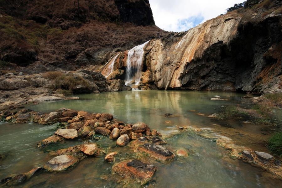 Pemandangan (Aik Kalak) kolam sumber air panas pinggir danau Segara Anak