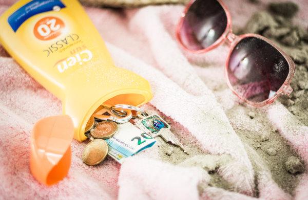 DIY Strandsafe - Beim Upcycling wird die leere Sonnenmilch-Flasche verwertet