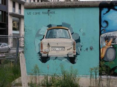 Trabant en el Muro de Berlin