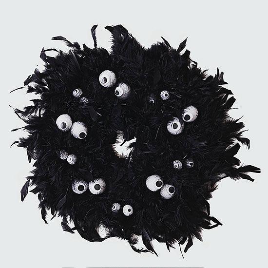 creative googly eye halloween crafts - Eerie Eyes Feather Wreath