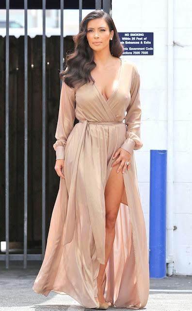 Vestido festa longo com fenda nude  da Kim Kardashian