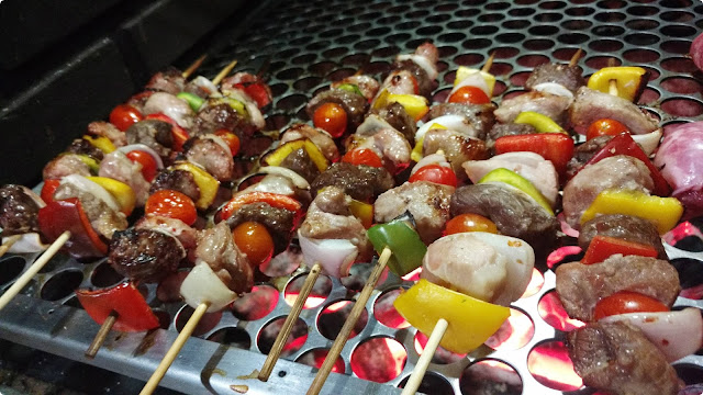 espetinho para churrasco misto com carnes e legumes