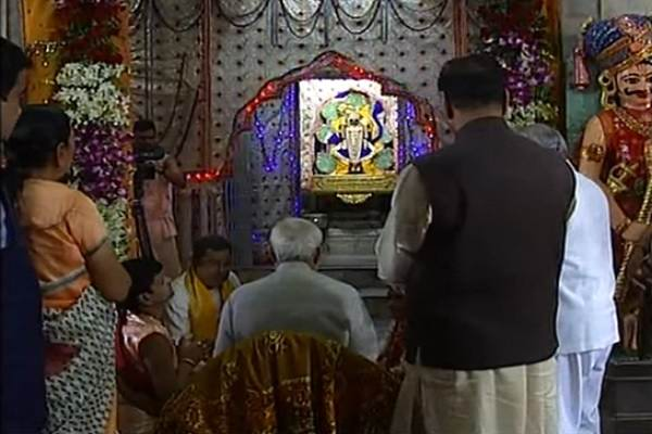 pm-narendra-modi-praying-lord-dwarkadheesh