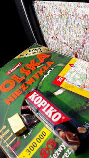 przewodnik Polska niezwykła, mapa samochodowa, cukierki kopiko, telefon komórkowy
