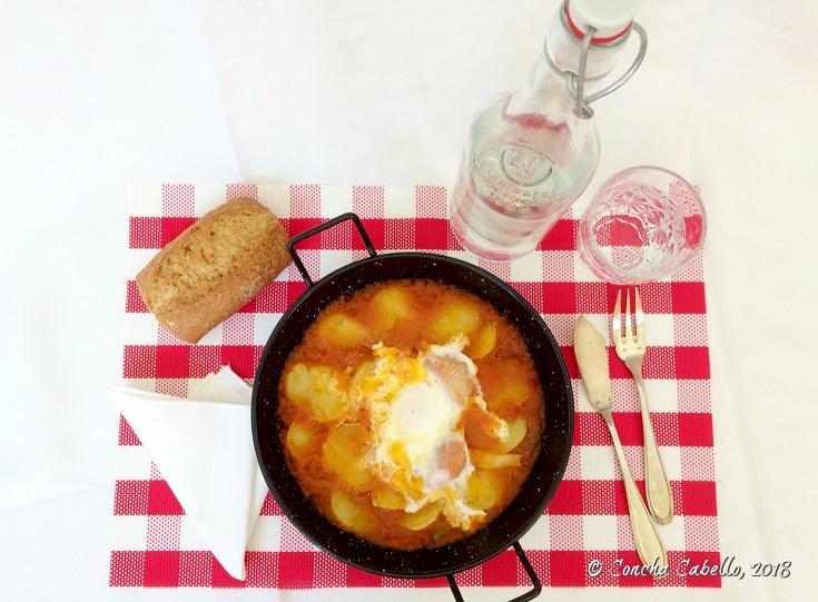 patatas-tomate-huevo-mesa