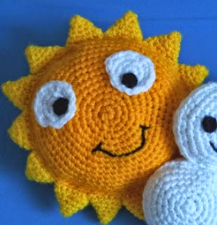 http://translate.google.es/translate?hl=es&sl=en&tl=es&u=http%3A%2F%2Fwww.blog.oomanoot.com%2Fpartly-cloudy-crochet-pillows-for-kids-tutorial%2F