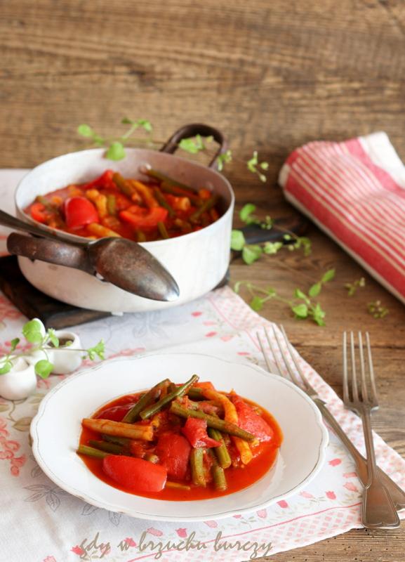 Fasolka z pomidorami, papryka i cebulą