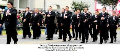 Foto de docentes de la IEP Liceo Santo Domingo en el Desfile Parada Militar 2012. Foto tomada por Jesus Gómez