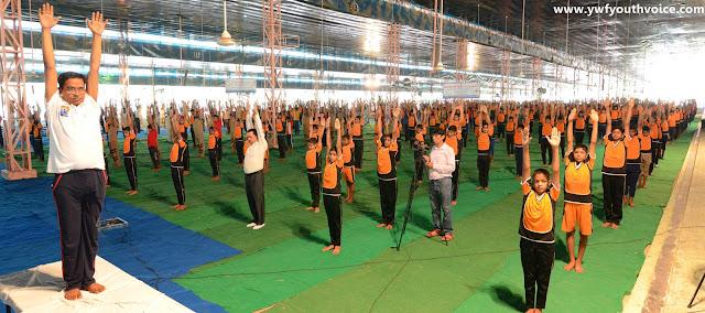 International Yoga Day Camp 2016 - Dera Sacha Sauda, Green S Welfare Force and Dera Sacha Sauda Shah Satnam Ji Educational Institute students performing yoga, डेरा सच्चा सौदा में आयोजित योग शिविर