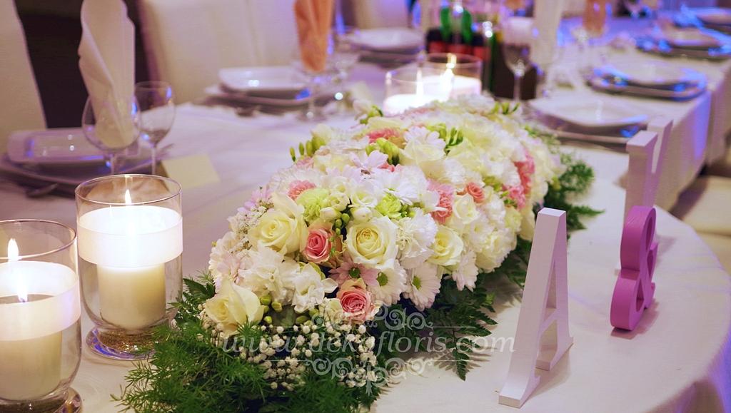 Biało różowe dekoracje kwiatowe na weselu w hotelu Arkas