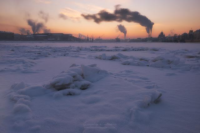 Розовый закат, замерзшая Нева. Глыбы из льда