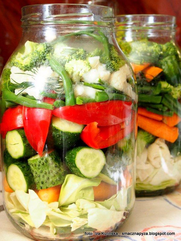 mieszanka kolorowych warzyw, kiszenie w duzym sloju, sloik kiszonych warzyw, kiszonka wielowarzywna, jarzyny kiszone, sloj z kiszonymi warzywami