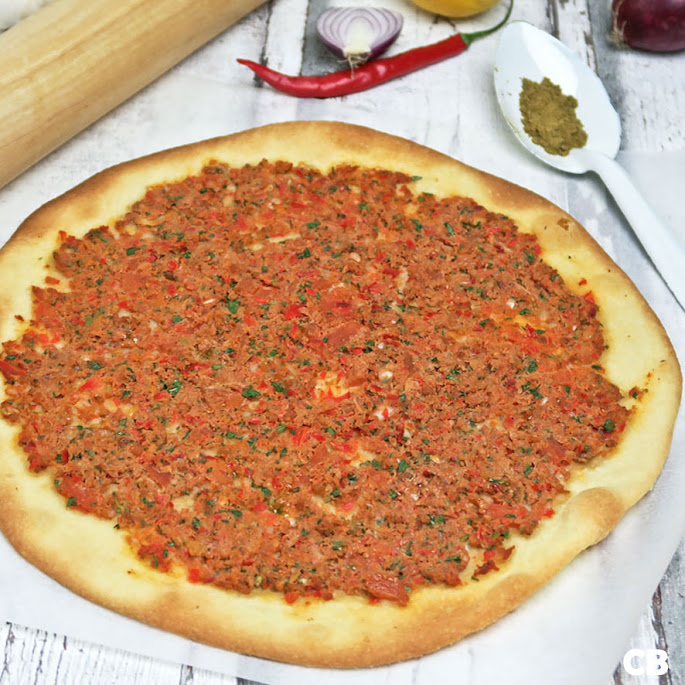Recept Krokante flinterdunne pizza's met pikant harissa-gehakt