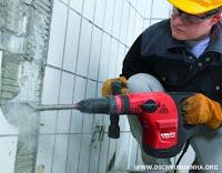 thợ cắt đục tường gạch trổ cửa
