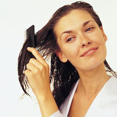 गीले बालों में कंघी करना