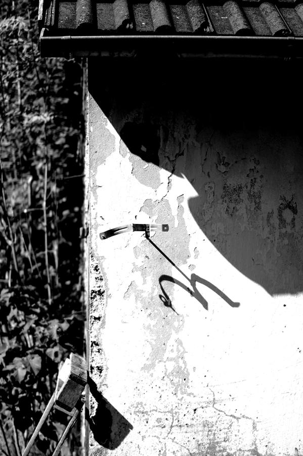 Blog + Fotografie by it's me! | fim.works | SchwarzWeissBlick No 16 | verlassenes Gehöft | Lost Place | Schatten einer offenen Fallrohr-Halterung