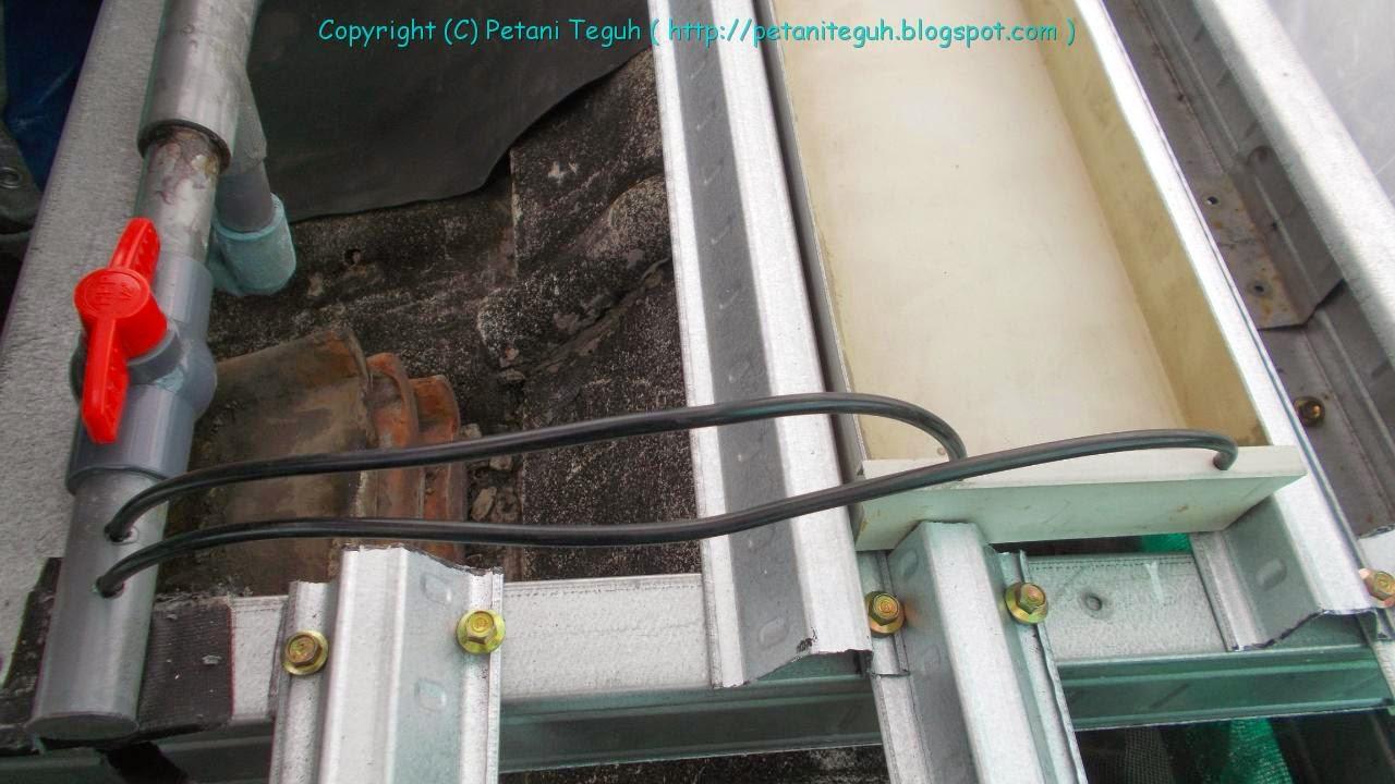 Sistem Semai di Talang PVC dengan Aliran Air  Petani TOP