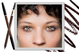 Make anos 90: a volta do lápis delineando o contorno todo dos olhos