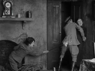 """Кадр из к/ф Чарли Чаплина """"На плечо"""" / Shoulder Arms (1918) - 21"""