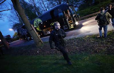 El  autobús del Borussia Dortmund que fue objeto de un atentado y donde el futbolista Bartra resultó herido leve