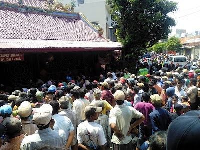 Padati Klenteng Po An Thian, Ribuan Warga Pekalongan Antri Beras