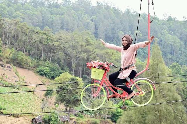 Foto Sepeda Gantung yang indah di Resort Mbah Djoe